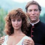 La storia d'amore segreta tra il prete e la parrocchiana, gli intrighi famigliari, il piccolo paese che mormora