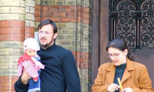 Le mogli dei preti sposati lo hanno già fatto: Vaticano ora valorizza ruolo delle donne nella formazione dei preti.