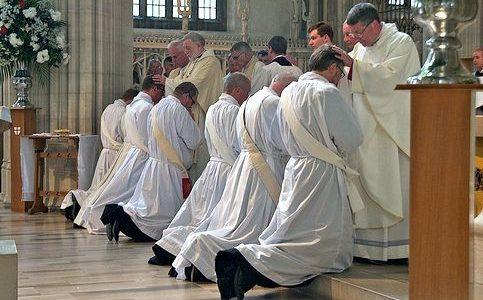 Mancano i sacerdoti. Tagli in arrivo alle parrocchie. Si offrono i preti sposati