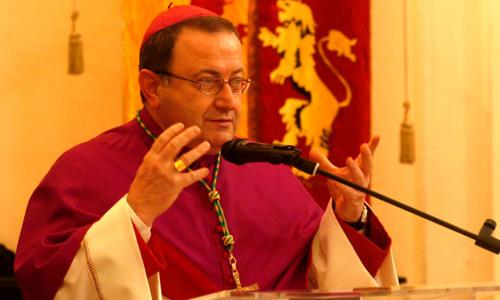 Il vescovo Lorenzo Ghizzoni celebra messa sul lungomare:  lascia i problemi veri alle spalle